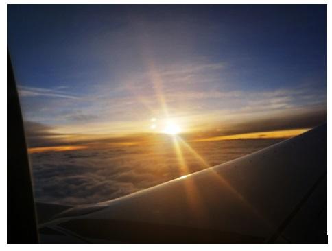 飛行機の窓際の席
